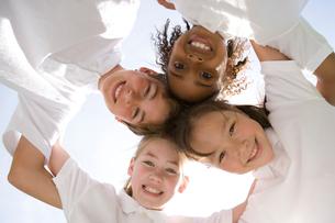 肩を組んで輪になる笑顔の子供達の写真素材 [FYI04038754]