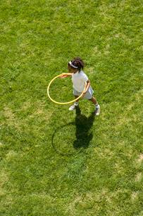グラウンドでフラフープをする女の子の写真素材 [FYI04038763]