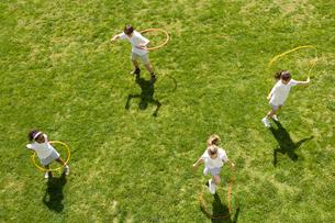 グラウンドで遊んでいる子供達の写真素材 [FYI04038766]
