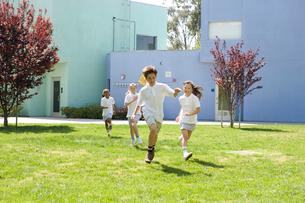 グラウンドを走る子供達の写真素材 [FYI04038768]