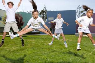 グラウンドで体操をする子供達の写真素材 [FYI04038772]