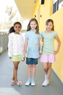 女の子三人のポートレートの写真素材 [FYI04038778]