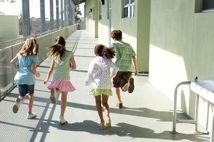 廊下を走る子供達の後ろ姿の写真素材 [FYI04038782]