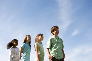 青空での子供達のポートレートの写真素材 [FYI04038786]