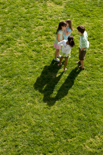 グラウンドで内緒話をする子供達の写真素材 [FYI04038788]