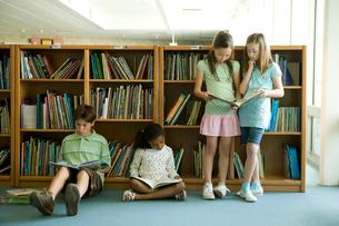 図書室で本を読む子供達の写真素材 [FYI04038792]