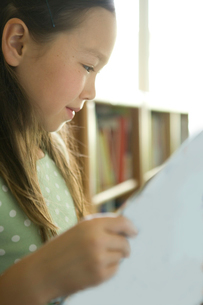図書室で本を読む女の子の写真素材 [FYI04038796]