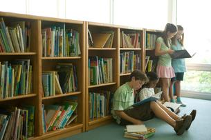 図書室で本を読む子供達の写真素材 [FYI04038798]