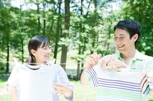洗濯物を干す夫婦の写真素材 [FYI04038852]