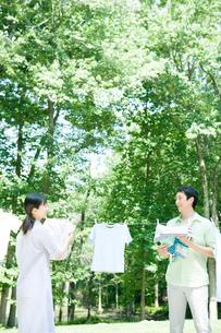 洗濯物を干す夫婦の写真素材 [FYI04038855]
