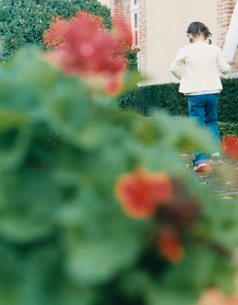 散歩をする女の子の写真素材 [FYI04038883]