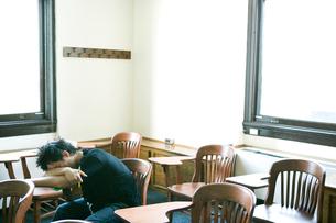 教室で眠る男子生徒の写真素材 [FYI04038924]
