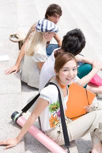 外で話す学生達の写真素材 [FYI04038979]