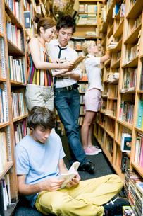 図書室で過ごす学生達の写真素材 [FYI04038994]