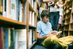 図書室で過ごす学生達の写真素材 [FYI04038998]