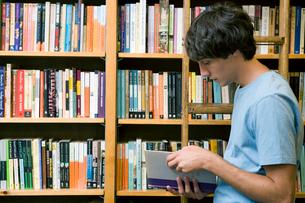 図書室で本を読む男子学生の写真素材 [FYI04039005]