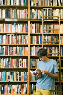 図書室で本を読む男子学生の写真素材 [FYI04039007]