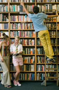 図書室で過ごす学生達の写真素材 [FYI04039009]