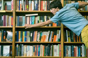 本の整理をする男子学生の写真素材 [FYI04039013]
