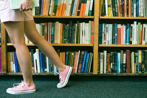 図書室を歩く女子学生の足下の写真素材 [FYI04039020]