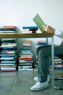 読書する男性の足の写真素材 [FYI04039027]