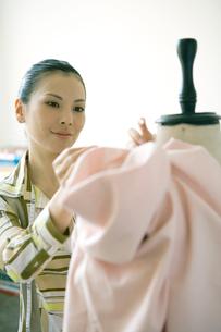 トルソーで仕事する女性の写真素材 [FYI04039038]