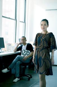 オフィスでの男女のポートレートの写真素材 [FYI04039053]