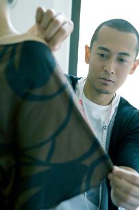 モデルのサイズを測る男性の写真素材 [FYI04039069]