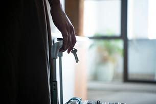 鍵を持っている女性の手元の写真素材 [FYI04039071]
