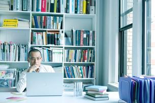オフィスでパソコンをする男性の写真素材 [FYI04039113]