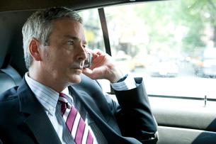 タクシーで携帯で話す白人男性の写真素材 [FYI04039128]
