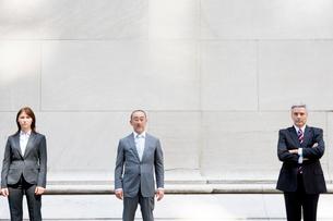 ビジネスマン達の外でのポートレートの写真素材 [FYI04039129]