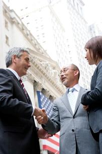 外で握手するビジネスマン達の写真素材 [FYI04039130]