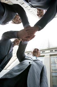 外で握手するビジネスマン達の写真素材 [FYI04039140]