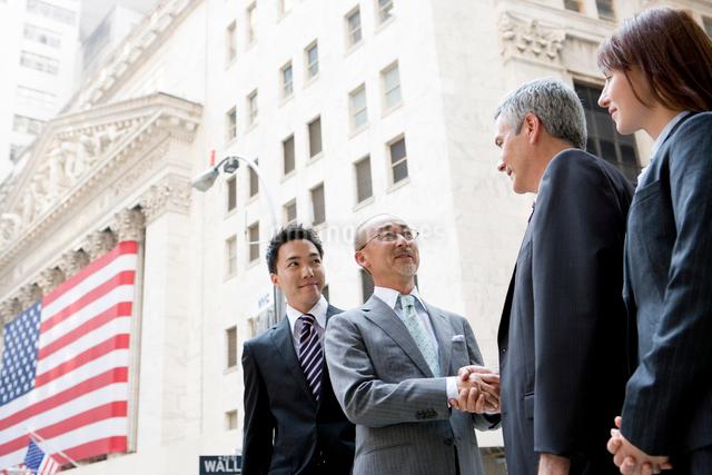 外で握手するビジネスマン達の写真素材 [FYI04039149]
