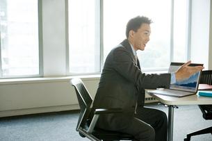 会議室の日本人ビジネス男性の写真素材 [FYI04039154]