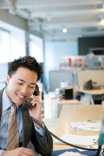 電話で話す日本人ビジネス男性の写真素材 [FYI04039157]