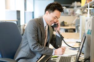 電話で話す日本人ビジネス男性の写真素材 [FYI04039159]