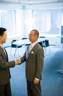 オフィスで話す日本人ビジネス男性達の写真素材 [FYI04039162]