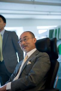 椅子に座る日本人ビジネスマン男性の写真素材 [FYI04039172]