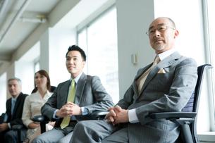 椅子に座るビジネスマン達の写真素材 [FYI04039183]