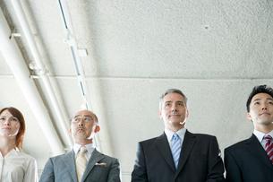 オフィスのビジネスマン達のポートレートの写真素材 [FYI04039193]