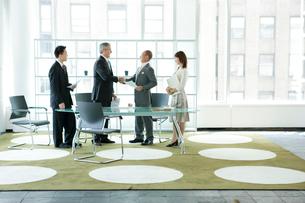 会議中のビジネスマン達の写真素材 [FYI04039199]