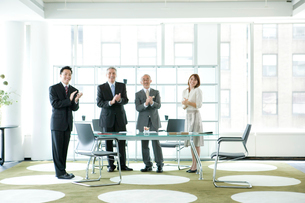会議室で拍手をするビジネスマン達の写真素材 [FYI04039201]