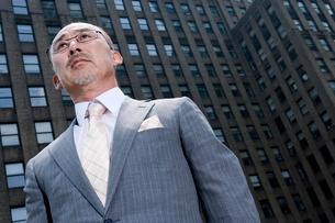 日本人ビジネスマンの屋上ポートレートの写真素材 [FYI04039205]