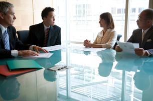 会議中のビジネスマン達の写真素材 [FYI04039208]