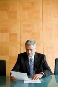 資料を見る白人ビジネスマン男性の写真素材 [FYI04039209]