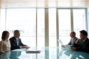 会議中のビジネスマン達の写真素材 [FYI04039214]