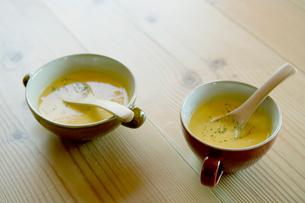 机に置かれたスープの写真素材 [FYI04039224]