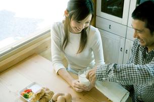 朝食を食べる父と母の写真素材 [FYI04039235]